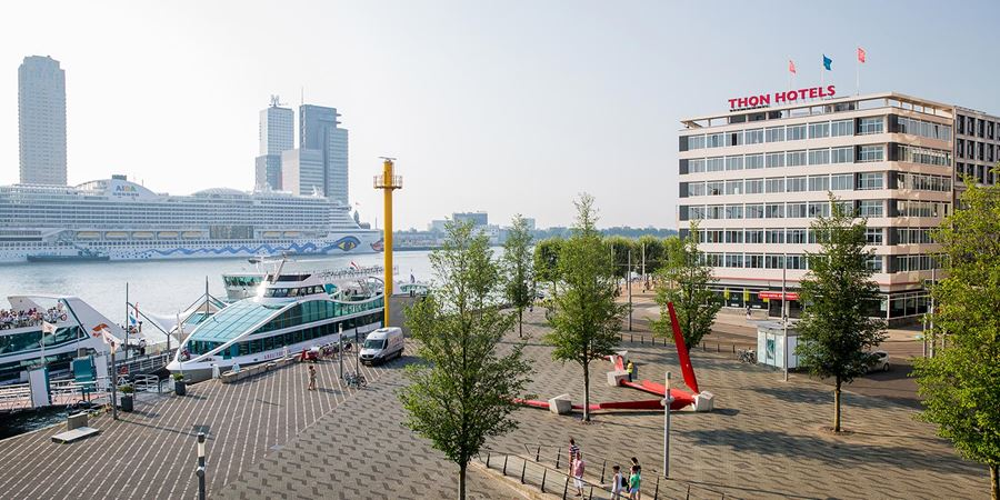 Erasmus Bridge and the Maas River next to Thon Hotel Rotterdam