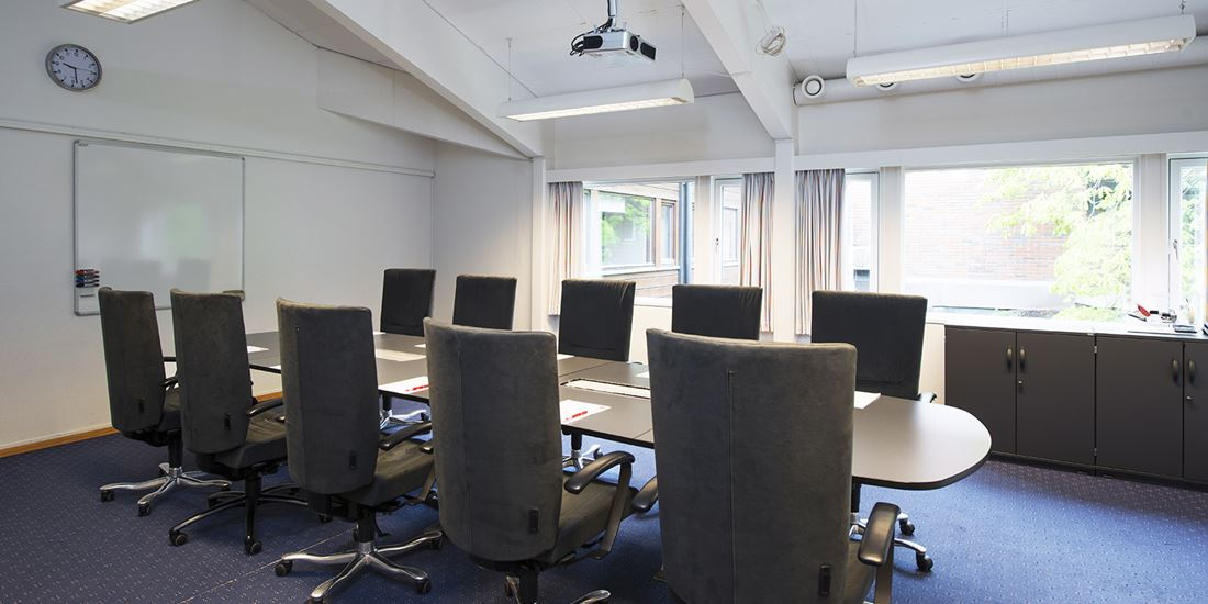 15 meeting room, each with capacity for 10-18 attendees