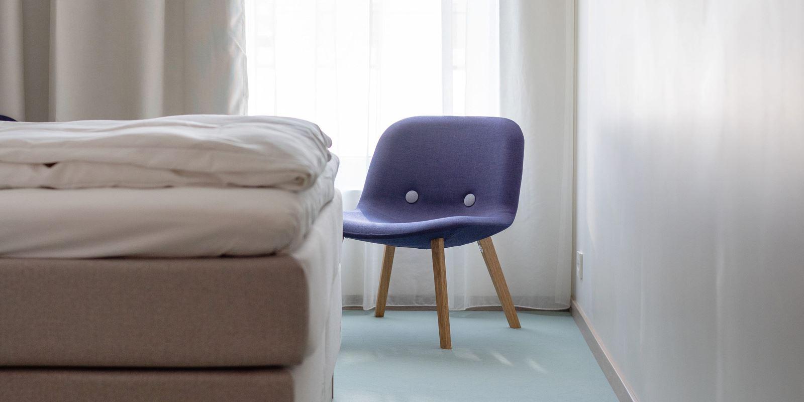 Enden på seng en lilla stol og smart TV på Thon Hotel Parken i Kristiansand sentrum. Foto: Jon-Petter Thorsen, Aptum