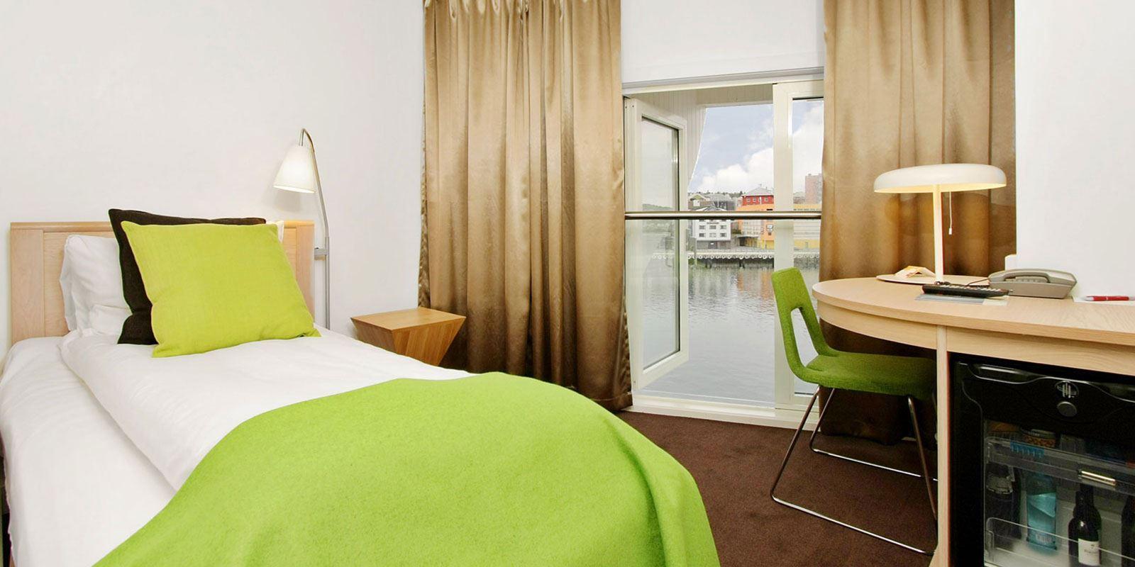 standard room single enkeltseng, arbeidsplass, vindu