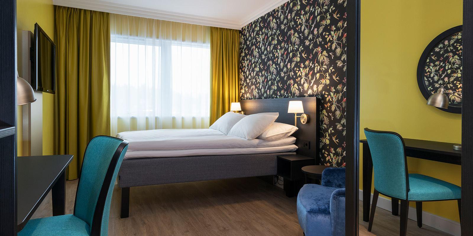 standard room double dobbeltseng med nattbord på hver side
