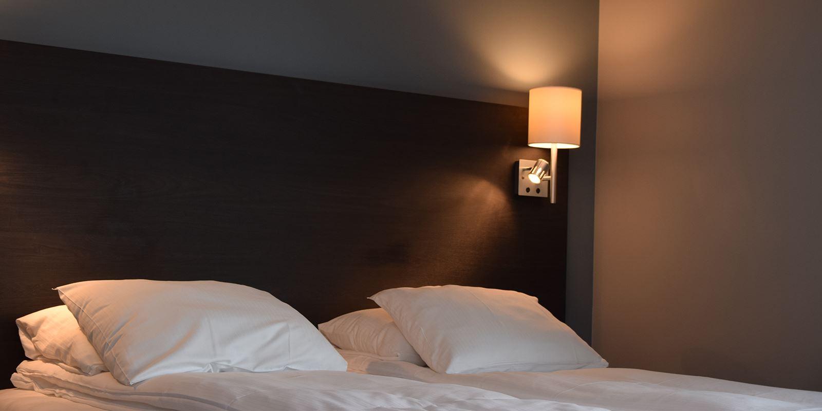 Seng i standard dobbeltrom på Thon Hotel Måløy