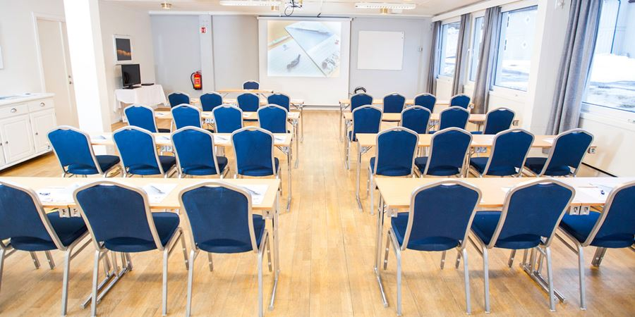 """Tøtta"" conference hall in a classroom layout at Thon Hotel Narvik"
