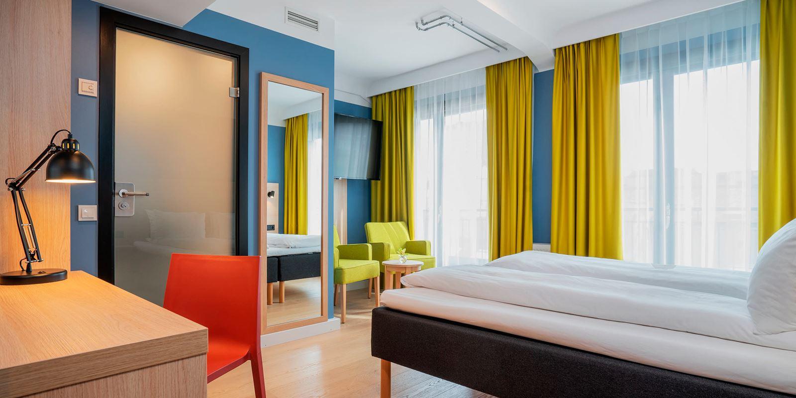 standard room double dobbeltseng og sitteplass