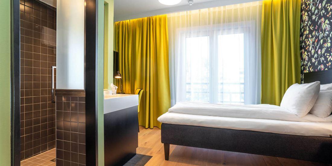 standard room single enkeltseng, bad og arbeidsplass