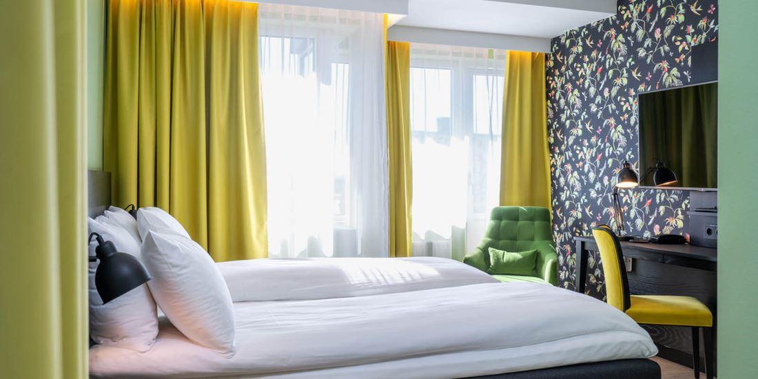 superior room stor dobbeltseng, sofagruppe, garderobe med strykebrett