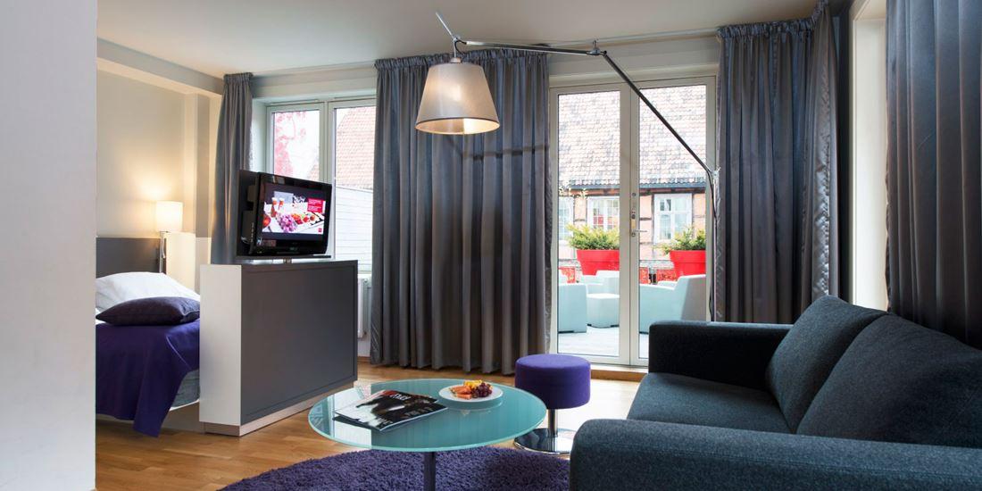 standard room double sofagruppe, skillevegg med tv og dobbeltseng, veranda