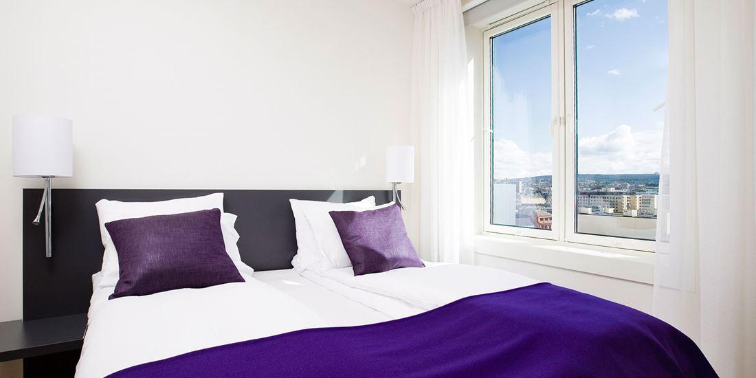 standard room triplefamily familierom dobbeltseng med vindu og utsikt over Oslo sentrum