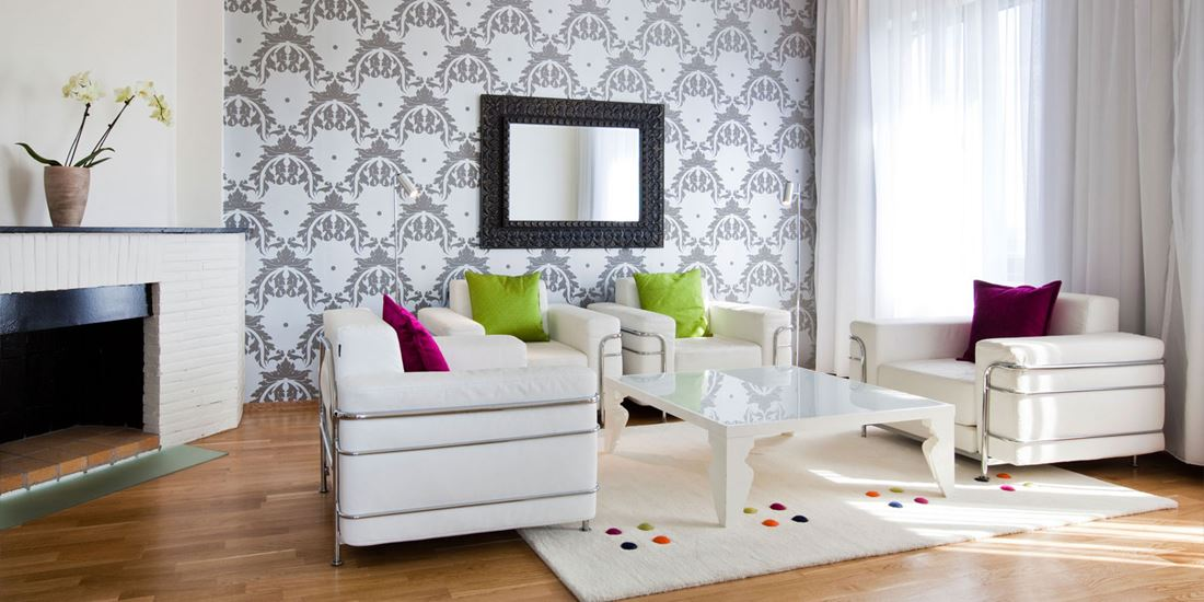 suite stue med sofagruppe, peis, speil på veggen, parkettgulv