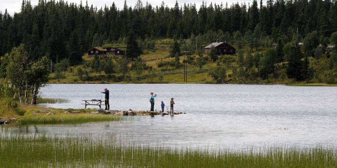 Austlid Fjellstue family fishing by the lake during the summer at Thon Hotel Skeikampen