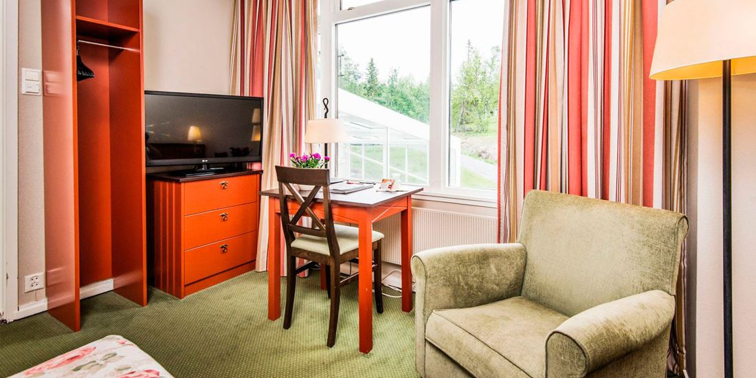 Writing desk and TV in a single room at Thon Hotel Skeikampen