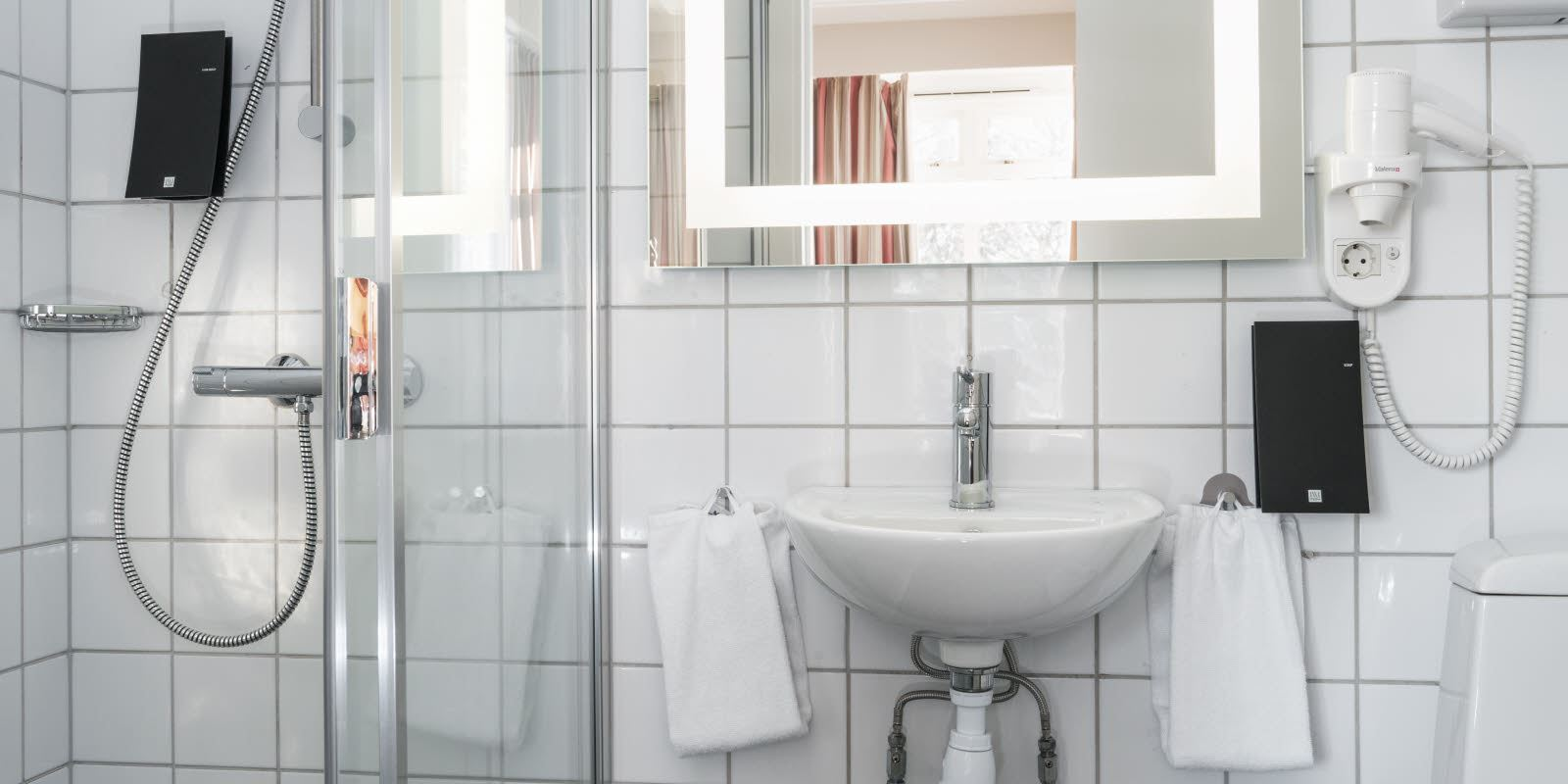 Bathroom with shower, wash basin and toilet in guest room at Thon Hotel Skeikampen